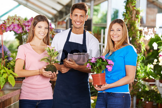 Mitarbeiter als Team in einer Gärtnerei
