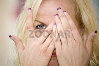 Auge hinter Hände