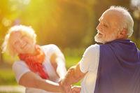 Senioren tanzen im Sommer in der Natur