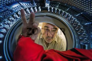 Mann mit Waschmaschine