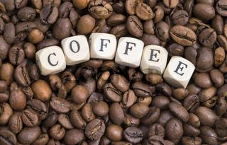 Buchstaben und Kaffeebohnen