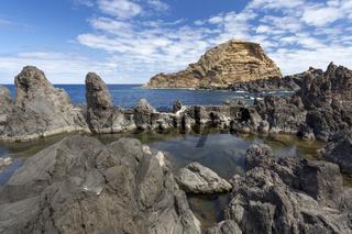 Felsformationen an der Küste Madeiras