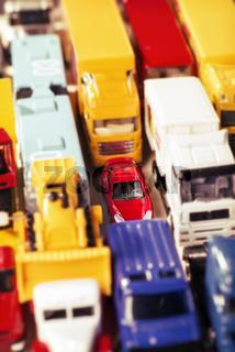 Auto steckt zwischen LKW im Stau