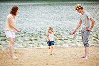 Familie mit Tochter beim Seilspringen im Urlaub