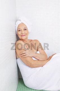 Ältere Seniorin sitzt im Spa