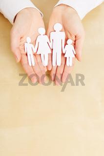 Hände halten Familie aus Papier