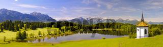 Panorama Landschaft in Bayern mit Alpen und See
