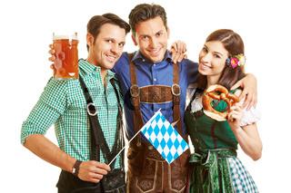 Männer und Frau mit Bier und Brezel