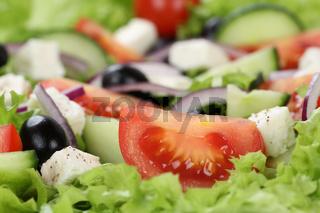 Nahaufnahme Griechischer Salat mit Tomaten, Feta Käse und Oliven