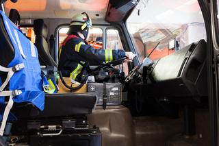 Feuerwehrmann beim Fahren eines Einsatzfahrzeuges