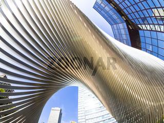 moderne Architektur vor dem 142 m hohen City-Hochhaus der DZ Bank