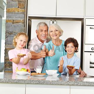 Großeltern und Enkel halten Daumen hoch