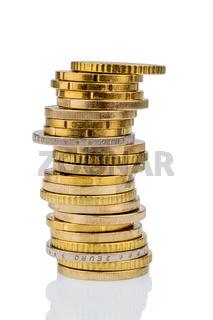Stapel Münzen vor weißem Hintergrund