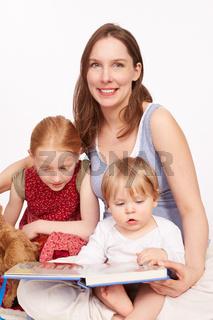 Mutter freut sich ueber ihre Kinder