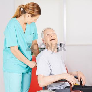 Alter Mann im Rollstuhl mit Krankenpflegerin