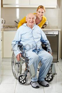 Senior im Rollstuhl mit Frau in Küche
