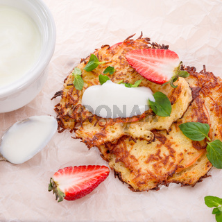 potato pancakes with apfel and strawberry