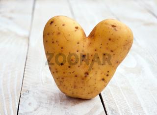 Kartoffel in Herzform auf Holz