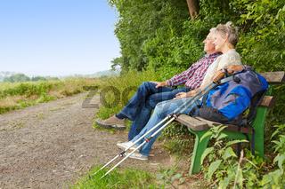 Senioren machen Pause beim Wandern