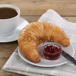 Business Frühstück Croissant mit Marmelade, Kaffee und Zeitung