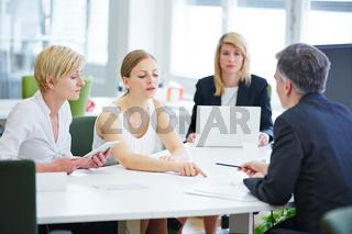 Verhandlung am Tisch im Büro