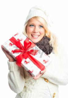 blonde frau hält ein geschenk