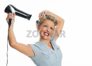 hausfrau föhnt ihre haare