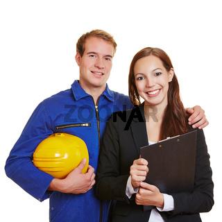 Handwerker und Auszubildende als Team