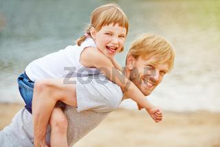 Vater und Kind haben Spaß im Sommer