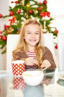 Mädchen isst Kekse an Weihnachten
