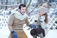 Lachendes Paar draußen im Schnee