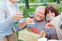 Alte Freunde feiern Geburtstag mit Wein