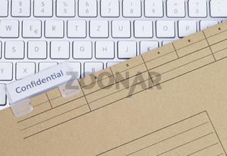 Tastatur und Aktenmappe vertraulich