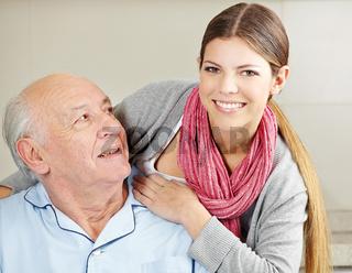 Lächelnde Altenpflegerin mit Senior