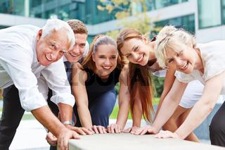 Business Team bei erfolgreicher Zusammenarbeit