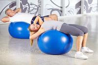 Frau und Mann trainieren im Fitnesscenter
