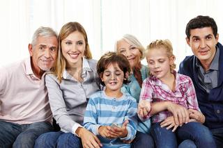 Familie schaut Fernsehen mit Smart TV