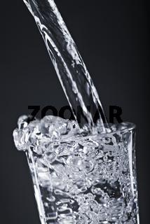 Ein Glas mit Trinkwasser