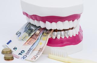 Zahnmodell mit Geld