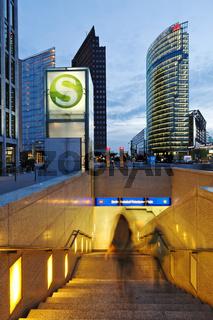 Eingang zum S-Bahnhof am Potsdamer Platz, Berlin, Deutschland