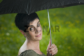 schwarzhaarige Frau mit Schirm