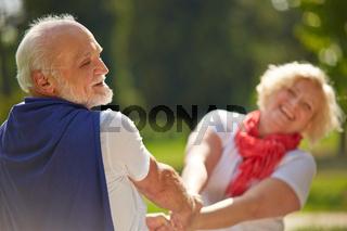 Altes Paar Senioren tanzt im Sommer