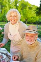 Paar Senioren beim Kuchen essen im Garten