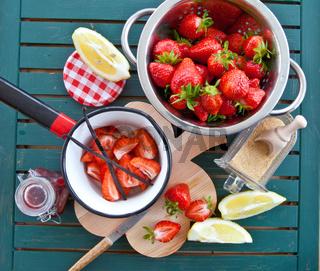 Marmelade kochen mit frischen Erdbeeren