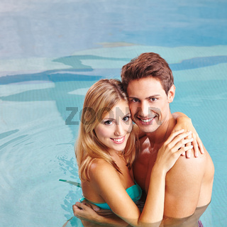 Paar umarmt sich im Urlaub im Pool