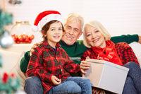 Enkel und Großeltern feiern Weihnachten