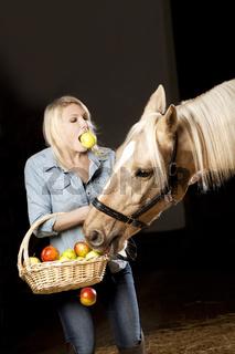 Frau und Pferd mit Äpfel