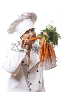 Köchin mit frischen Karotten auf weiß