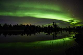 Nordlicht spiegelt sich in einem See, Lappland