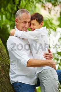 Verliebte Senioren in der Natur